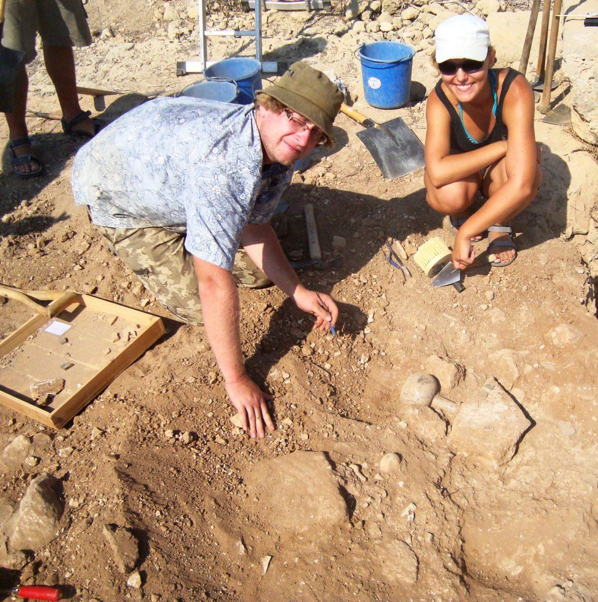 Αγορά Νέας Πάφου: Τομή ΙΙ, ανασκαφή γυάλινων αγγείων, νομισμάτων και λύχνων στο Δωμάτιο 15. Φωτ.: E. Papuci-Wladyka.