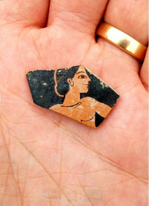 Θραύσμα ερυθρόμορφης κεραμικής από το τέλος του 6ου αι. π.Χ. (φωτ. SIA/ΕΦΑ Καρδίτσας/ΥΠΠΟΑ).