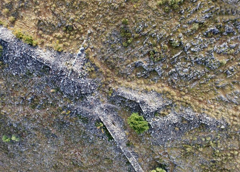 Οχυρωματικά τείχη, πύργοι και πύλες είναι ορατά από ψηλά (φωτ. SIA/ΕΦΑ Καρδίτσας/ΥΠΠΟΑ).
