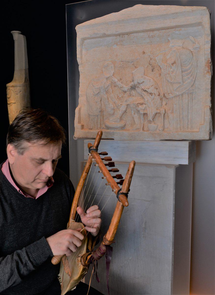 O μουσικοσυνθέτης, δρ Νίκος Ξανθούλης, θα παρουσιάζει τμήματα δύο ραψωδιών κάθε φορά με τη συνοδεία αρχαίας λύρας (φωτ. Ελευθέριος Γαλανόπουλος. © TAΠΑ/Εθνικό Αρχαιολογικό Μουσείο).