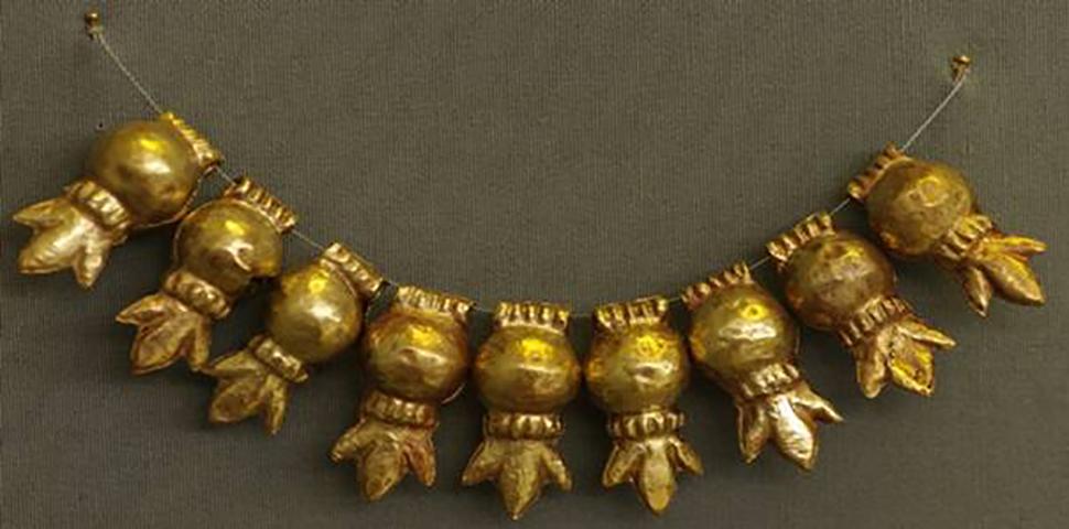 Εικ. 2. Περιδέραιο με χρυσά περίαπτα ρόδια, από τον Τάφο III του Ταφικού Κύκλου Α των Μυκηνών (16ος αι. π.Χ.). Αθήνα, Εθνικό Αρχαιολογικό Μουσείο, αρ. ευρ. Π 27.