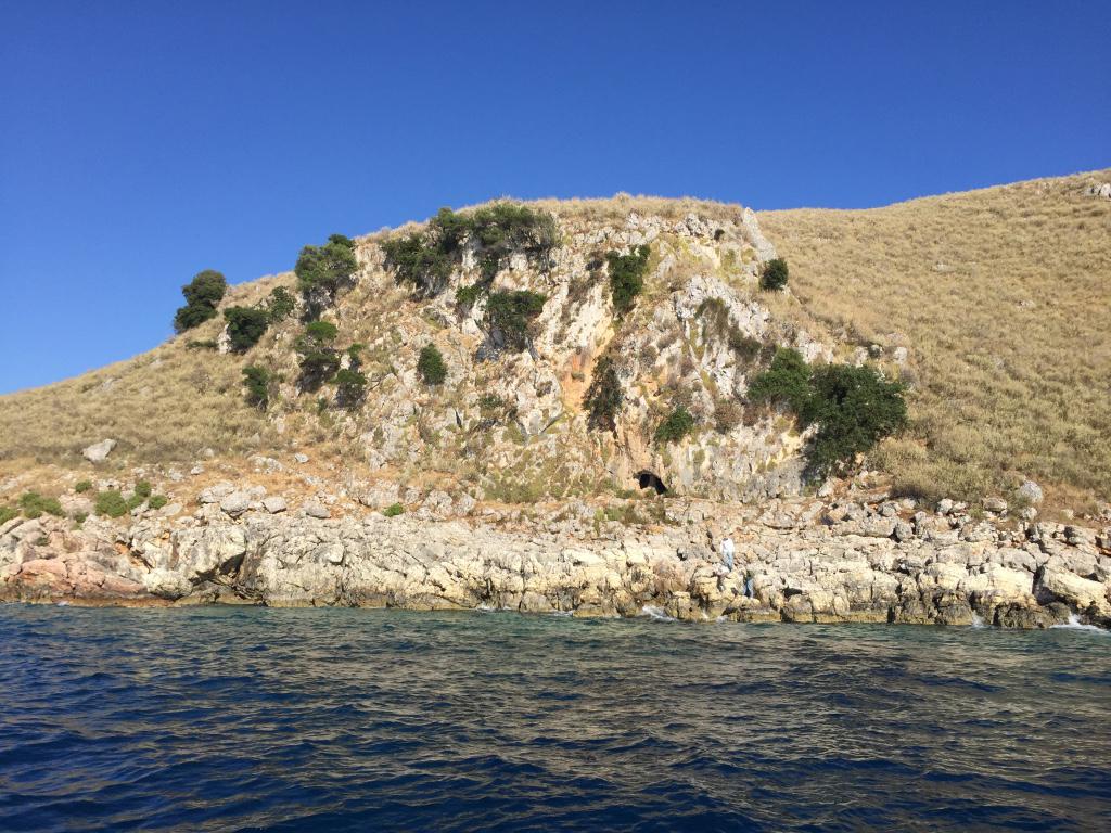 Εικ. 13. Το κατακρημνισμένο σπήλαιο στην ακτή του Κυθρού.