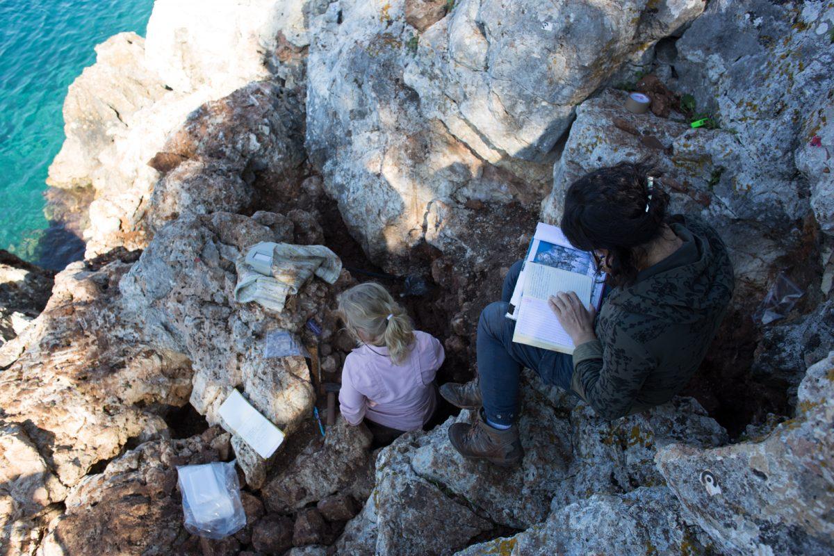 Εικ. 14. Ανασκαφή και γεωαρχαιολογική δειγματοληψία στο παράκτιο σπήλαιο του Κυθρού.