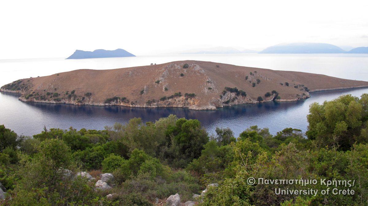 Εικ. 15. Το Εσωτερικό Αρχιπέλαγος του Ιονίου, μια θάλασσα κλειστή και ασφαλής, όπου το Πανεπιστήμιο Κρήτης από το 2010 μελετά τις αλλαγές στις ακτογραμμές και τις πρώιμες θαλάσσιες μετακινήσεις κάνοντας αρχαιολογική έρευνα στα νησιά και χαρτογραφώντας το βυθό.