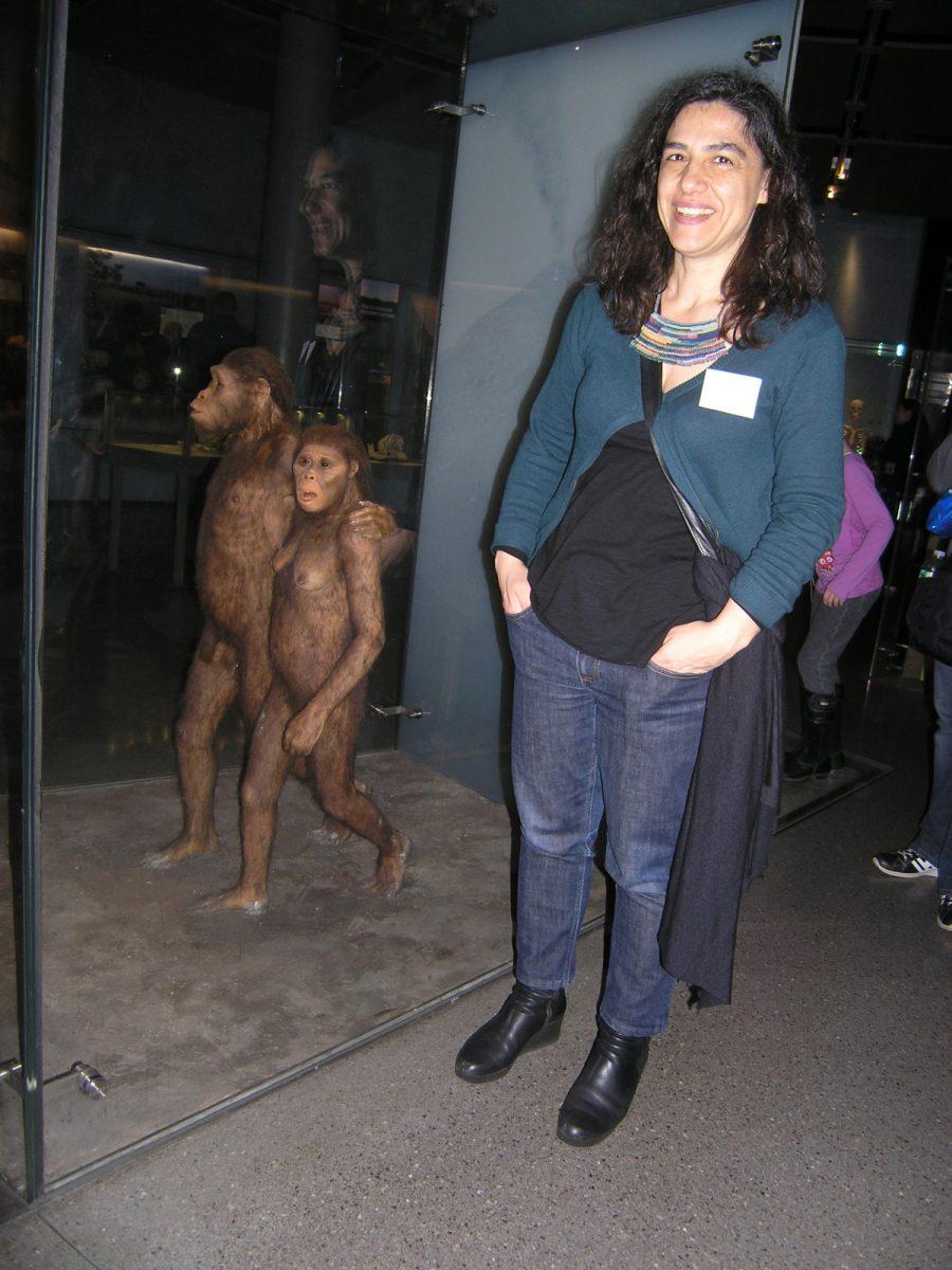 Εικ. 17. Στο Αμερικανικό Μουσείο Φυσικής Ιστορίας στη Νέα Υόρκη δίπλα στο διόραμα των Australopithecus afarensis.