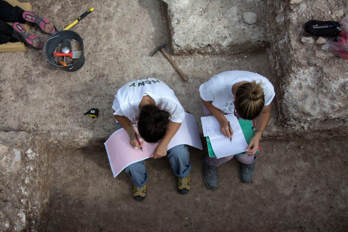 Εικ. 9. Γράφοντας ημερολόγιο και σχεδιάζοντας τη στρωματογραφία στα Ροδαφνίδια Λέσβου (φωτ.: Μ. Ζουριδάκη).