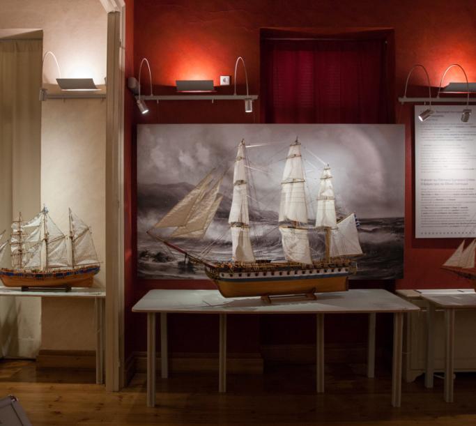 Ομοίωμα της φρεγάτας «Ελλάς», της ναυαρχίδας του Α. Μιαούλη που κατασκευάστηκε στις ΗΠΑ και αγοράστηκε από το νεοσυσταθέν ελληνικό κράτος για τις ανάγκες του αγώνα της απελευθέρωσης από τους Οθωμανούς.