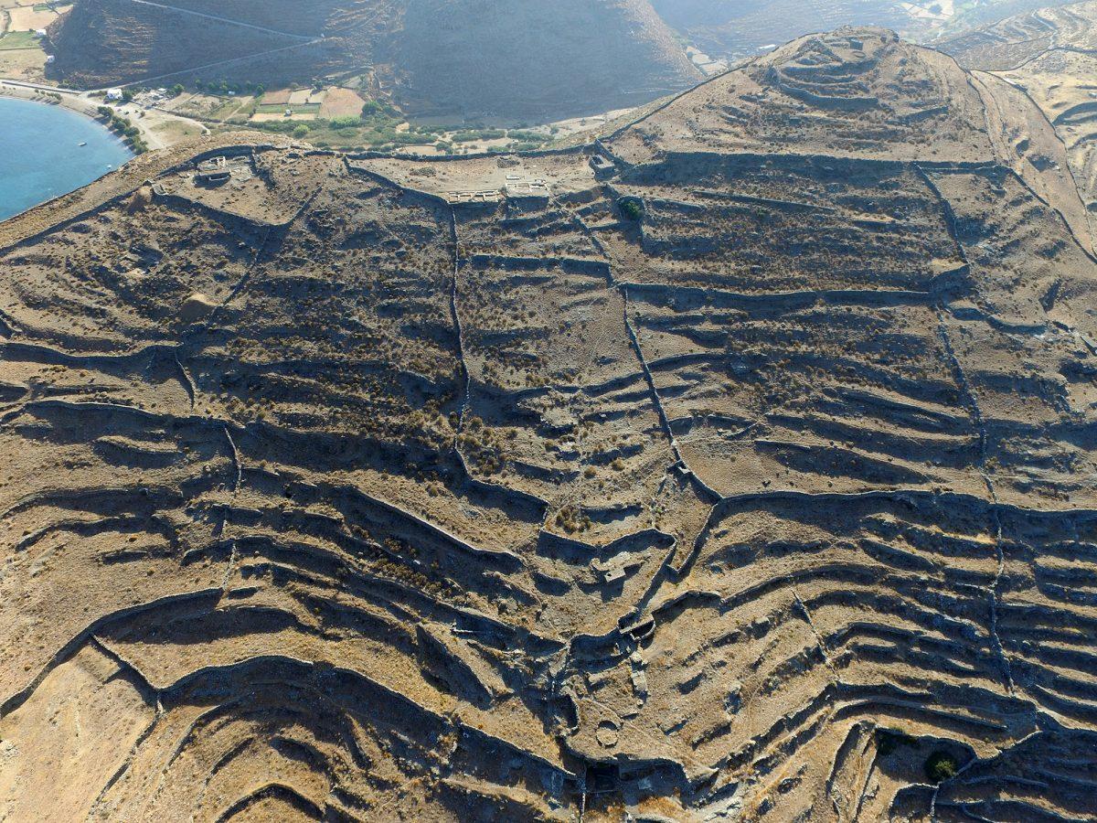 Αεροφωτογραφία της αρχαίας πόλης της Κύθνου (Βρυόκαστρο). Στο μέσον πάνω ο χώρος της ανασκαφής (φωτ. Κ. Ξενικάκης – Σ. Γεσαφίδης, 2016).