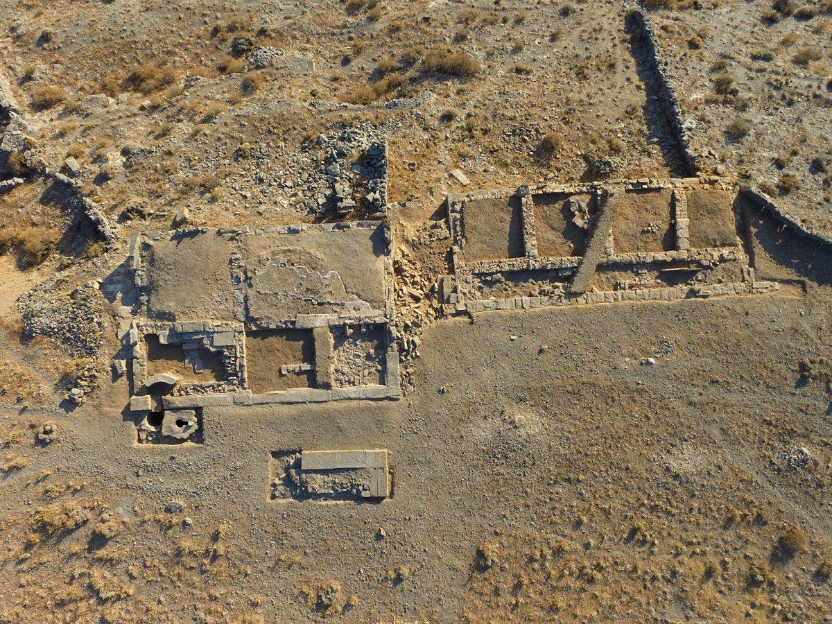 Μεσαίο Πλάτωμα. Αριστερά (νότια) το Κτίριο 1 (Ασκληπιείο), δεξιά (βόρεια) το Κτίριο 2  (φωτ. Κ. Ξενικάκης – Σ. Γεσαφίδης, 2016).