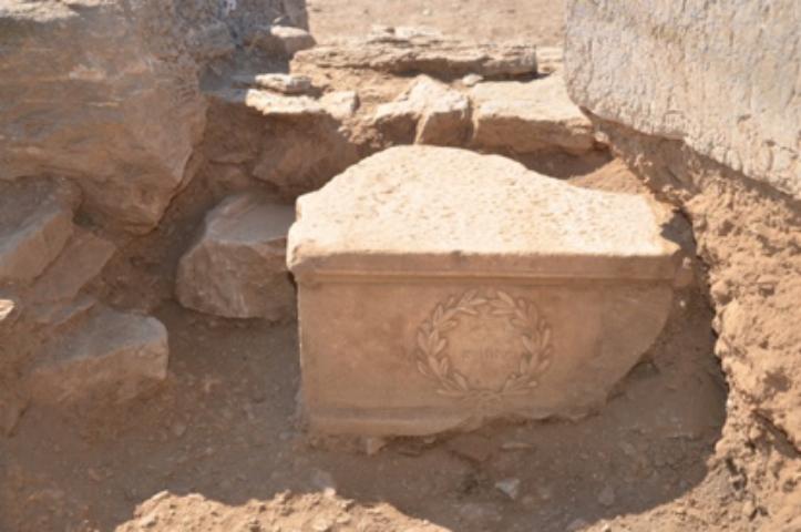 Κτίριο 1. ΝΑ γωνία Χώρου Δ. Μαρμάρινη βάση ελληνιστικής στήλης, β' μισού 2ου αι. π.Χ. , ενεπίγραφη (επιγραφή Ο ΔΗΜΟΣ μέσα στο στεφάνι).