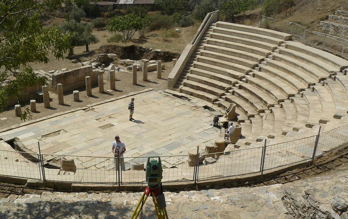 Το αρχαίο θέατρο της Μητρόπολης (φωτ. Wikipedia).