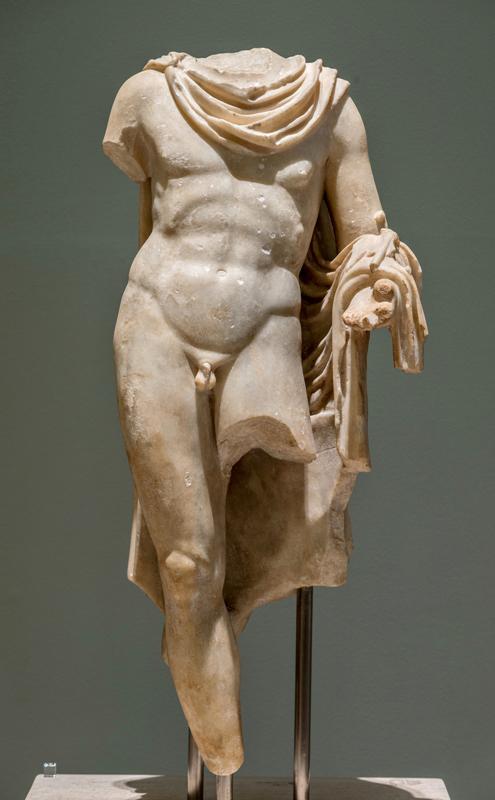 Μαρμάρινο άγαλμα του Ερμή. Αρχαιολογικό Μουσείο Πατρών.