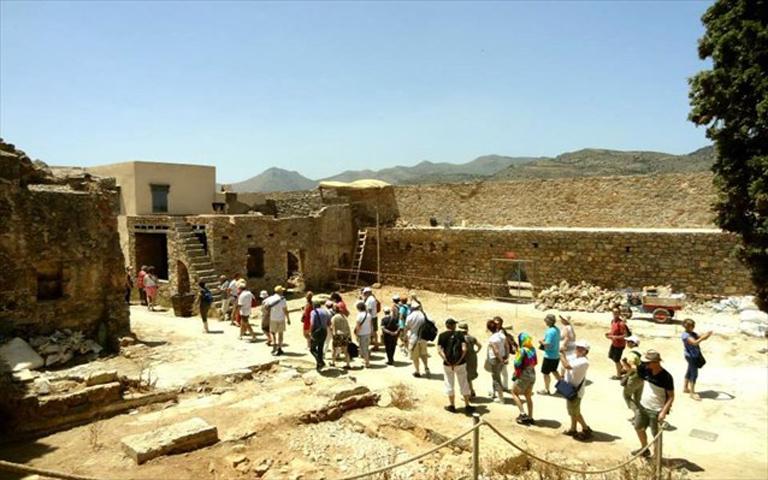 Άποψη από τον κεντρικό δρόμο κυκλοφορίας των επισκεπτών από την περιοχή της εκκλησίας του Αγίου Παντελεήμονα (©Εφορεία Αρχαιοτήτων Λασιθίου).
