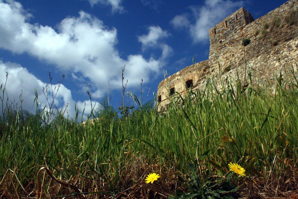 Η ημισέληνος Moceniga/Barbariga που δεσπόζει πάνω από την προβλήτα της Σπιναλόγκας (©Εφορεία Αρχαιοτήτων Λασιθίου).