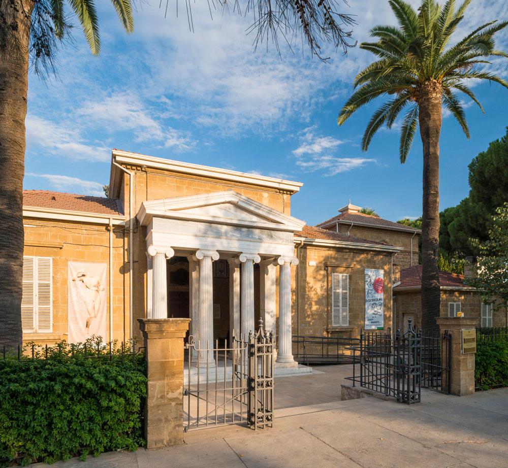 Κυπριακό Μουσείο. Το υφιστάμενο κτίριο, που σχεδιάστηκε στις αρχές του 1900, από τον αρχιτέκτονα Ν. Μπαλάνο, εταίρο της Αρχαιολογικής Εταιρείας Αθηνών.
