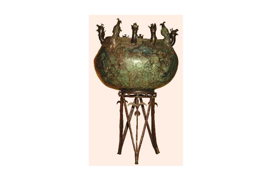 Xάλκινος λέβητας από την αρχαία Σαλαμίνα, που στηρίζεται σε σιδερένιο υποστάτη και το στόμιό του είναι διακοσμημένο με προτομές σειρήνων και γρυπών. Κυπριακό Μουσείο, Λευκωσία.