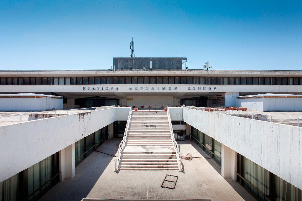 Φωτογραφία του Γιώργου Κυβερνήτη με θέμα τον Κρατικό Αερολιμένα Αθηνών στο Ελληνικό (φωτ. MONUMENTA).