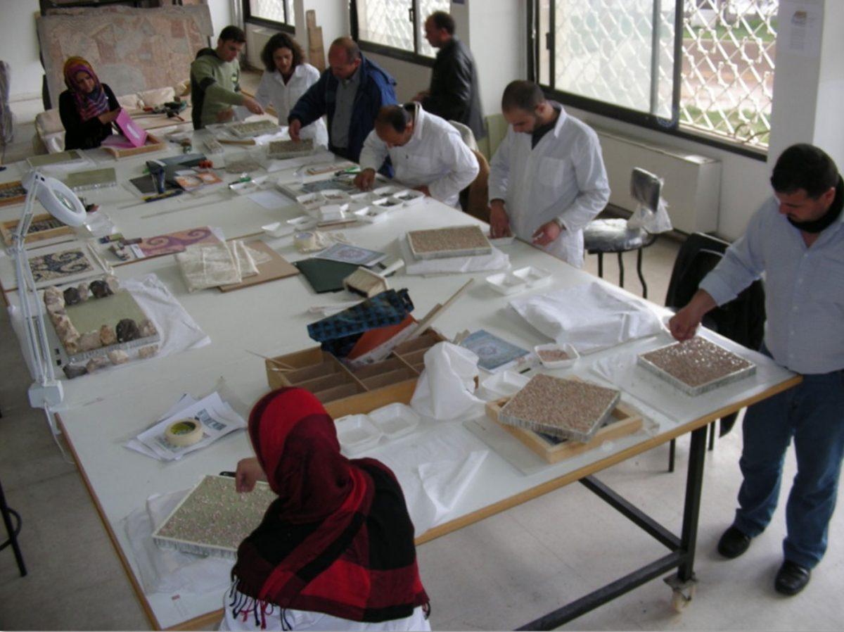 Εικ. 32. Συρία. Αρχαιολογικό Μουσείο στη Hama. Εκπαίδευση συντηρητών στη συντήρηση αποσπασμένων ψηφιδωτών δαπέδων.