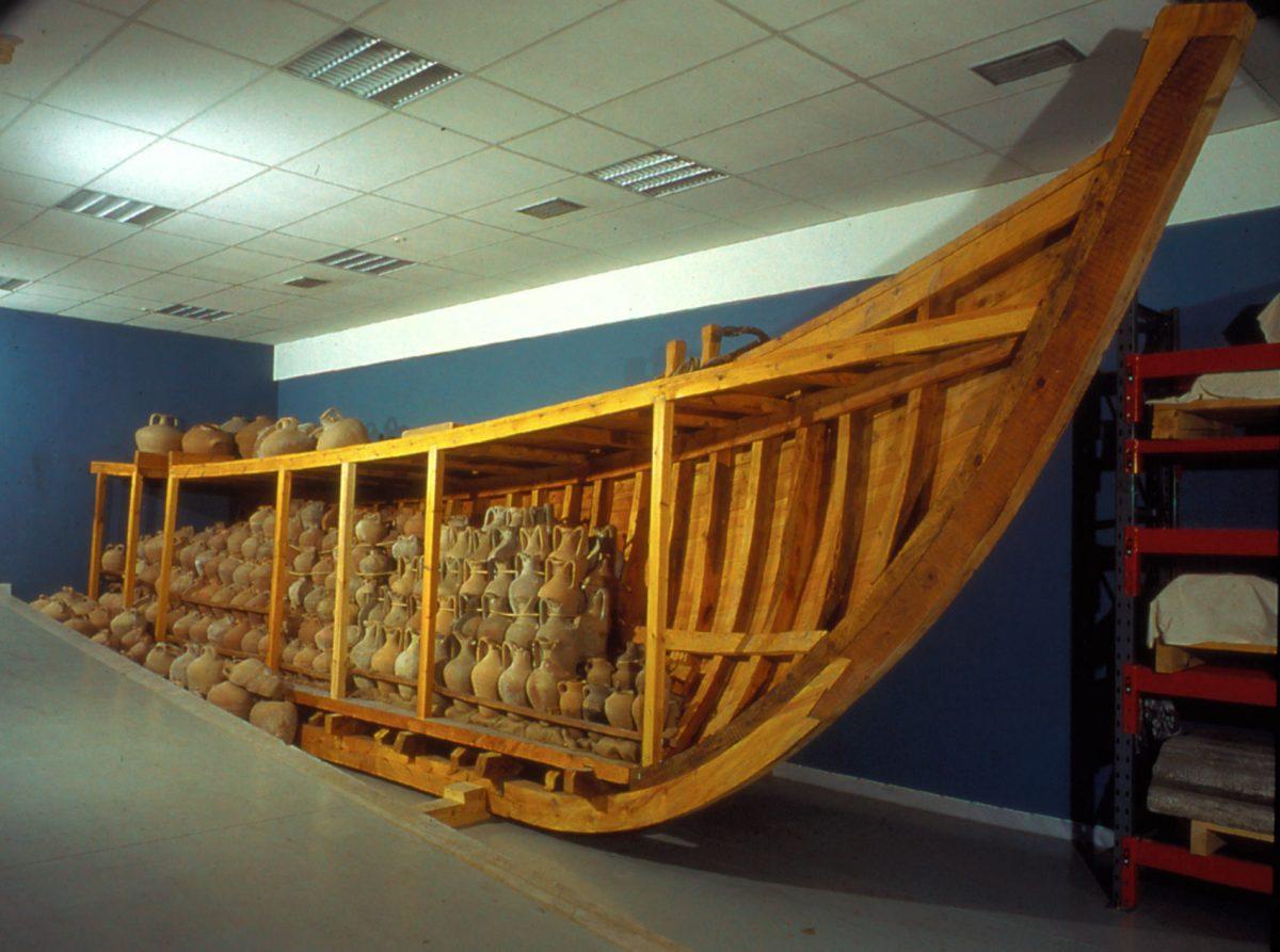 Εικ. 7. ΜΒΠ, αρχαιολογικές αποθήκες. Αποθήκευση αμφορέων σε ομοίωμα βυζαντινού καραβιού (ναυάγιο στο Yassi Ada).