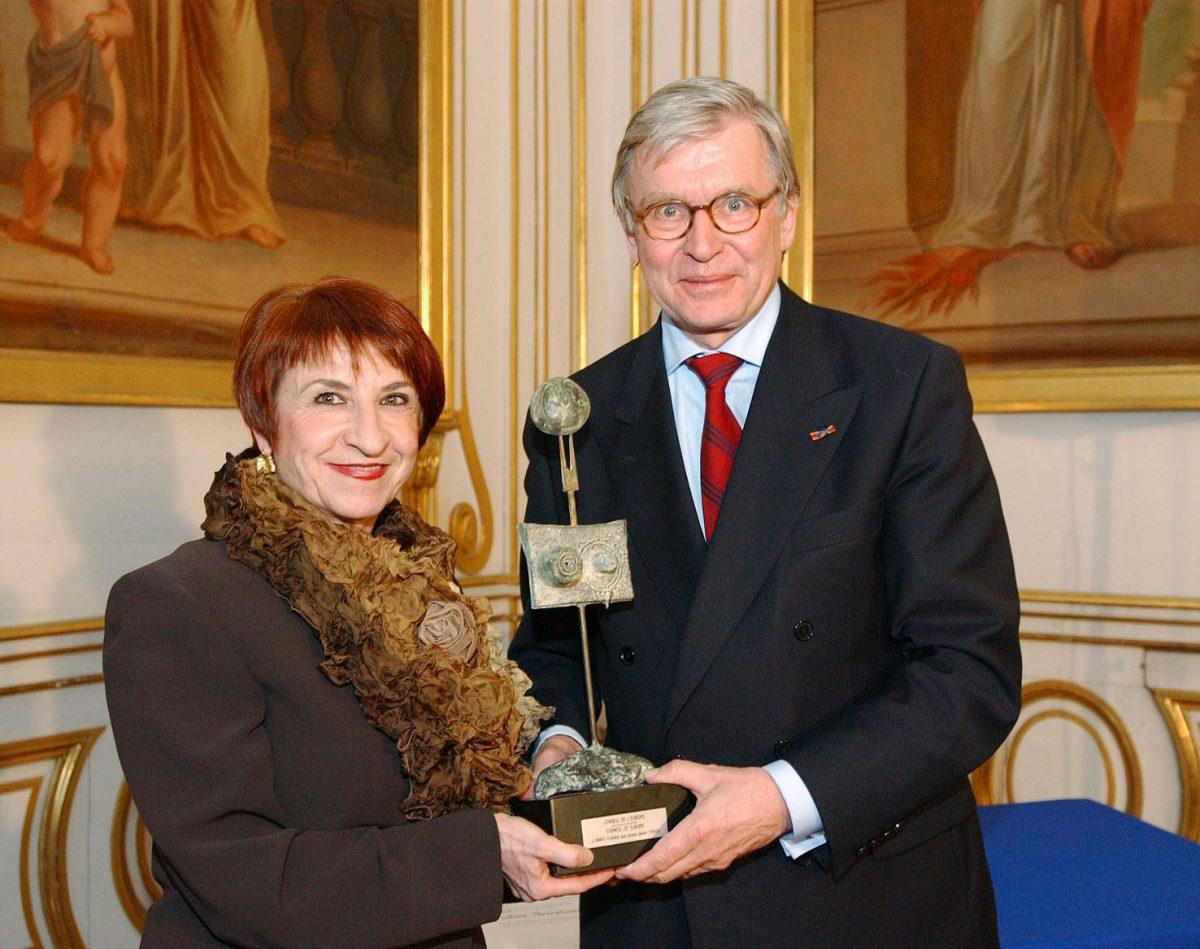 Εικ. 9. Η επίδοση του βραβείου από τον Πρόεδρο της Ολομέλειας του Συμβουλίου της Ευρώπης στη Διευθύντρια του ΜΒΠ.