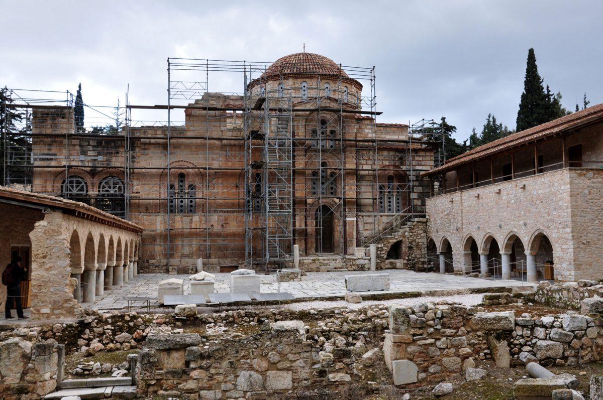 Στην ημερίδα μίλησαν ειδικοί επιστήμονες από την Ελλάδα, που πήραν μέρος στις εργασίες συντήρησης στη Μονή Δαφνίου, ένα ιδιαίτερα σημαντικό Βυζαντινό Μνημείο, του οποίου η εξέχουσα αξία αναγνωρίστηκε και από την UNESCO, που το περιέλαβε στον Κατάλογο Μνημείων Παγκόσμιας Κληρονομιάς.