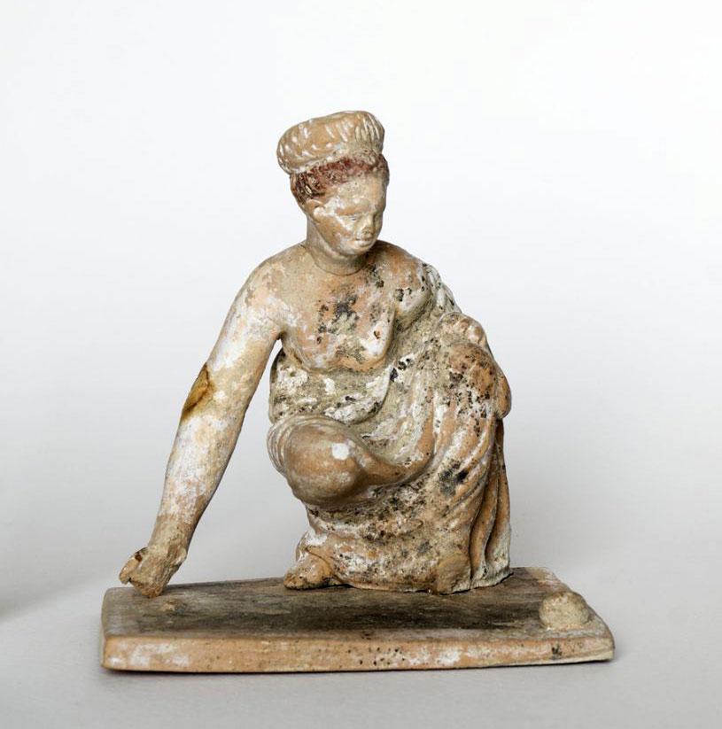 Γυναικεία μορφή που παίζει αστραγάλους. Τέλη 4ου αι. π.Χ. Αμφίπολη.