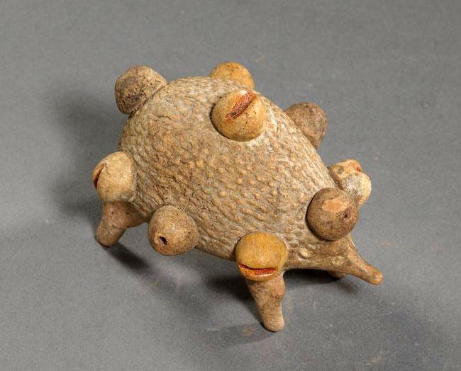 Σκαντζόχοιρος που μεταφέρει καρπούς. 5ος-4ος αι. π.Χ. Ιερισσός (Άκανθος), Χαλκιδικής.