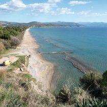 Άποψη της παραλίας της Πλάκας Δρεπάνου από την Ασίνη. Στο βάθος η χερσόνησος «Νησί».