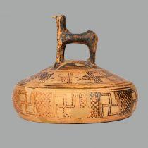Πήλινη πυξίδα γεωμετρικών χρόνων. Αρχαιολογικό Μουσείο Ναυπλίου. Φωτ.: Αρχείο Εφορείας Αρχαιοτήτων Αργολίδας / ΥΠΠΟΑ – ΤΑΠ.
