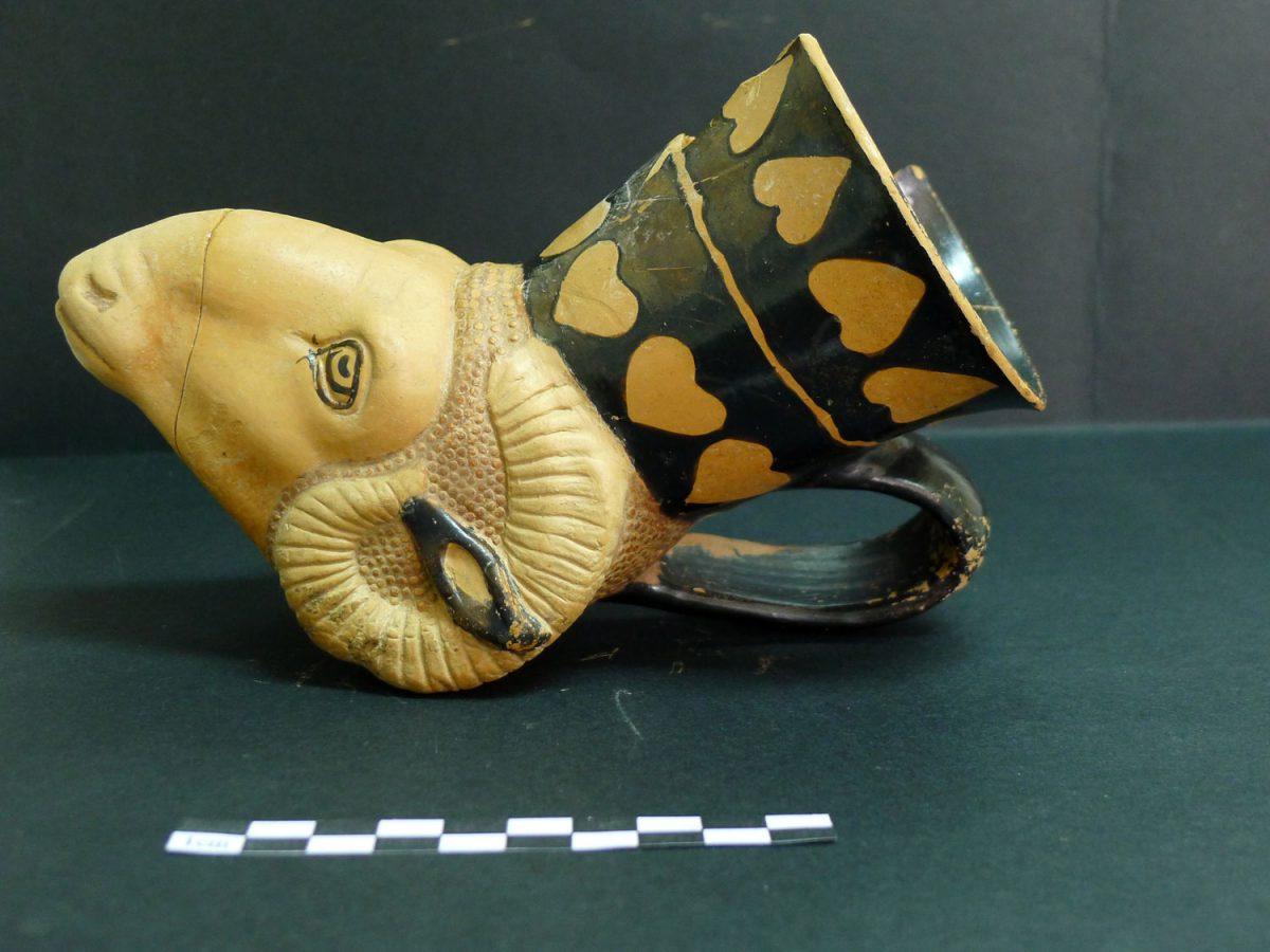 Πλαστικό κύπελο με μορφή κριαριού. Φωτ.: Εφορεία Αρχαιότητων Φλώρινας.