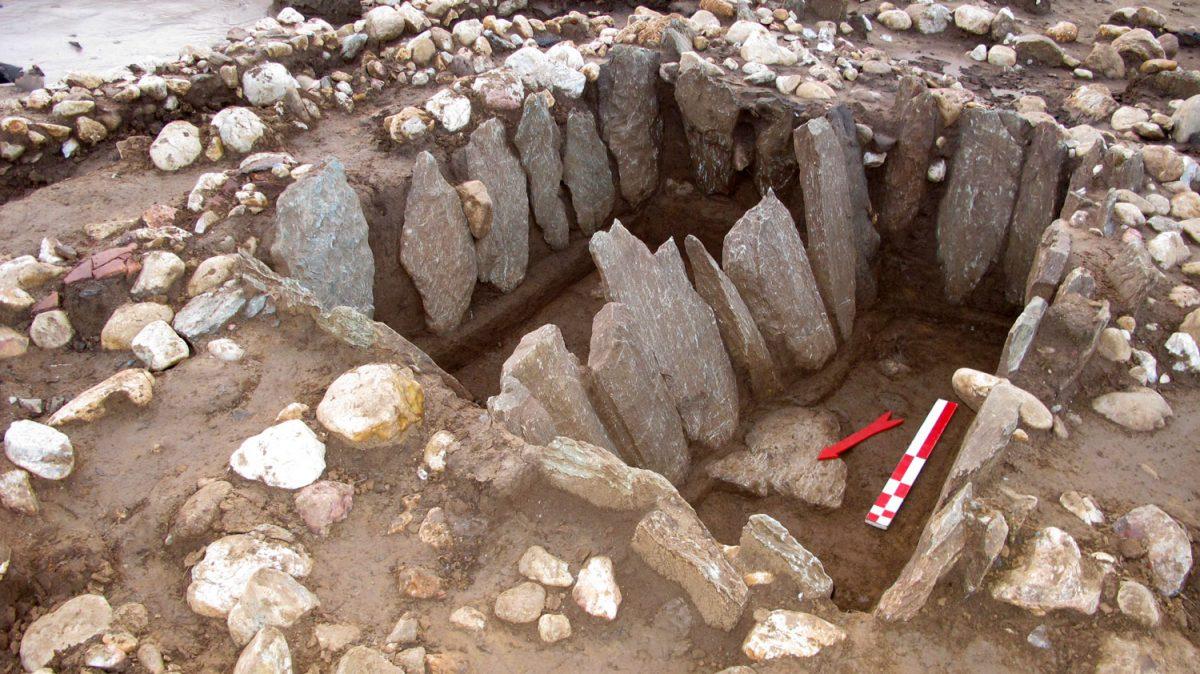 Ταφές του 5ου αι. π.Χ. που ξεχώριζαν για το μέγεθός τους. Η μία ήταν ανδρική και η άλλη γυναικεία και είχαν τα ίδια κτερίσματα. Φωτ.: Εφορεία Αρχαιότητων Φλώρινας.