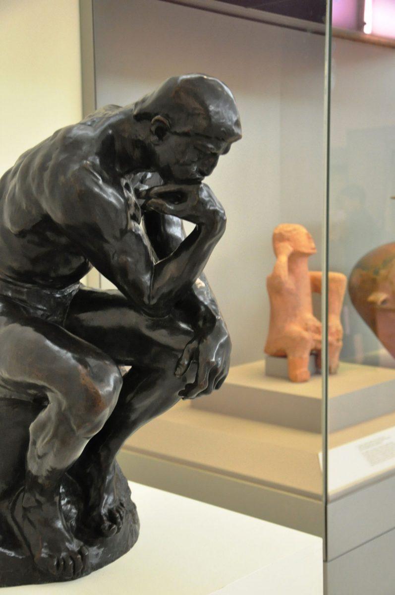 Ο «Σκεπτόμενος» του A. Rodin. Από τη Συλλογή Matsukata του Εθνικού Μουσείου Δυτικής Τέχνης του Τόκιο, Ιαπωνία. Στην παρακείμενη προθήκη ο «στοχαστής» του Εθνικού Αρχαιολογικού Μουσείου, εύρημα της Νεολιθικής περιόδου (Αίθουσα 4). Φωτ.: © Εθνικό Αρχαιολογικό Μουσείο.