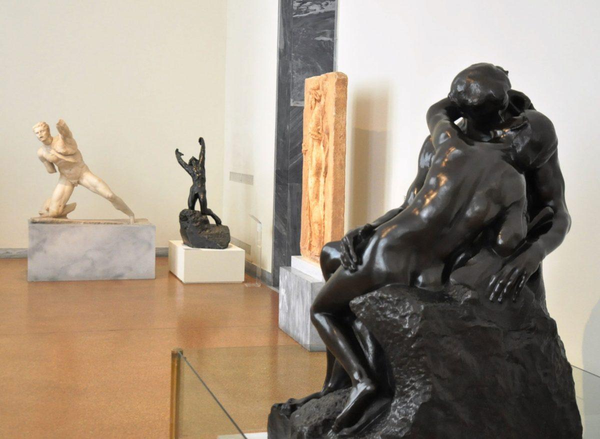 Το «Φιλί» του A. Rodin, δάνειο του Κοινωφελούς Ιδρύματος Αλέξανδρος Σ. Ωνάσης, και ο «Άσωτος Υιός», δάνειο της Εθνικής Πινακοθήκης, σε συνομιλία με τον Γαλάτη πολεμιστή του ΕΑΜ από την Ύστερη Ελληνιστική περίοδο (Αίθουσα 30). Φωτ.: © Εθνικό Αρχαιολογικό Μουσείο.