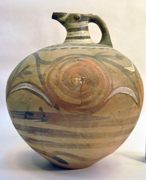 Πολύχρωμη πρόχους από τη Σαντορίνη. Περίπου 1600 π.Χ. (φωτ.: Εθνικό Αρχαιολογικό Μουσείο). Θα παρουσιαστεί στην έκθεση «Μικρές Οδύσσειες».