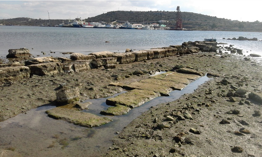 Σαλαμίνα. Τμήμα θεμελίωσης στιβαρής κτηριακής ή άλλης κατασκευής της Κλασικής περιόδου, δίπλα σε νεώτερο μόλο από αρχαίο δομικό υλικό, στη βόρεια πλευρά του Όρμου του Αμπελακίου (φωτ.: Χρ. Μαραμπέα).