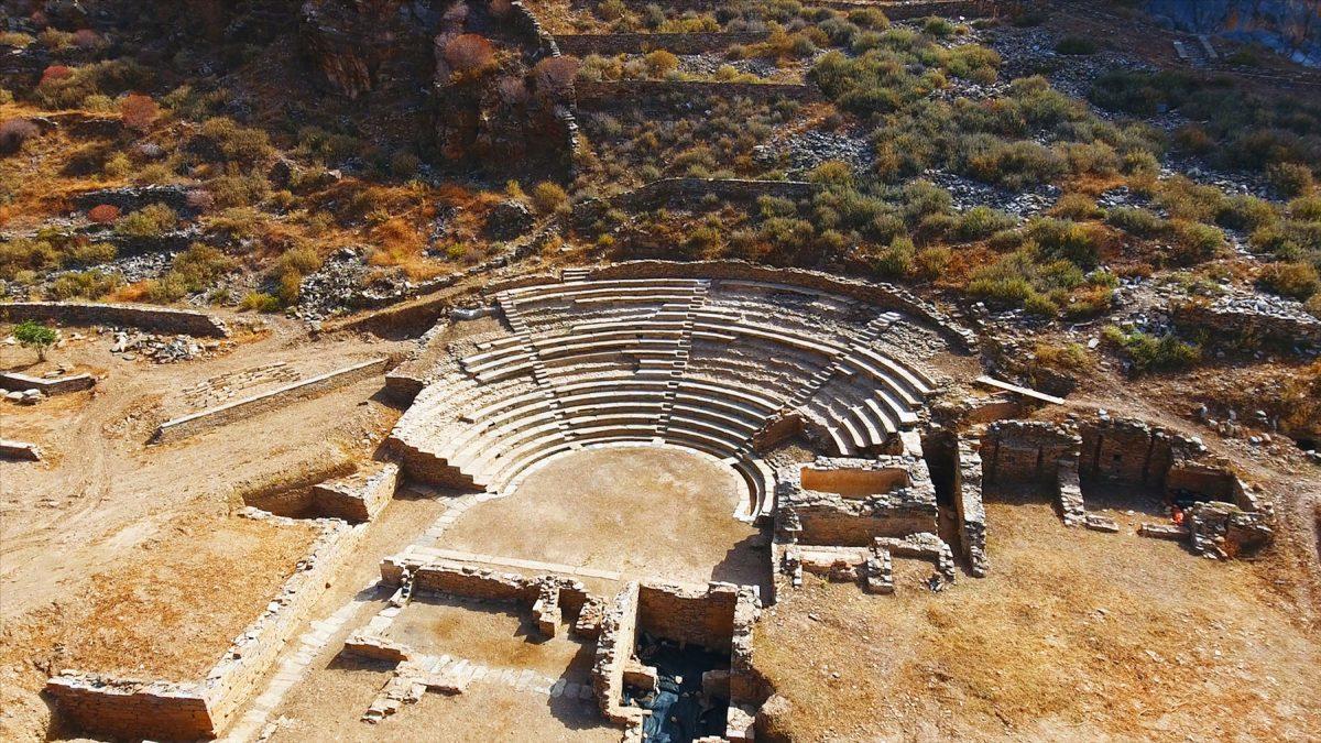 Το θέατρο της αρχαίας Καρθαίας (πηγή φωτογραφίας: Europa Nostra).