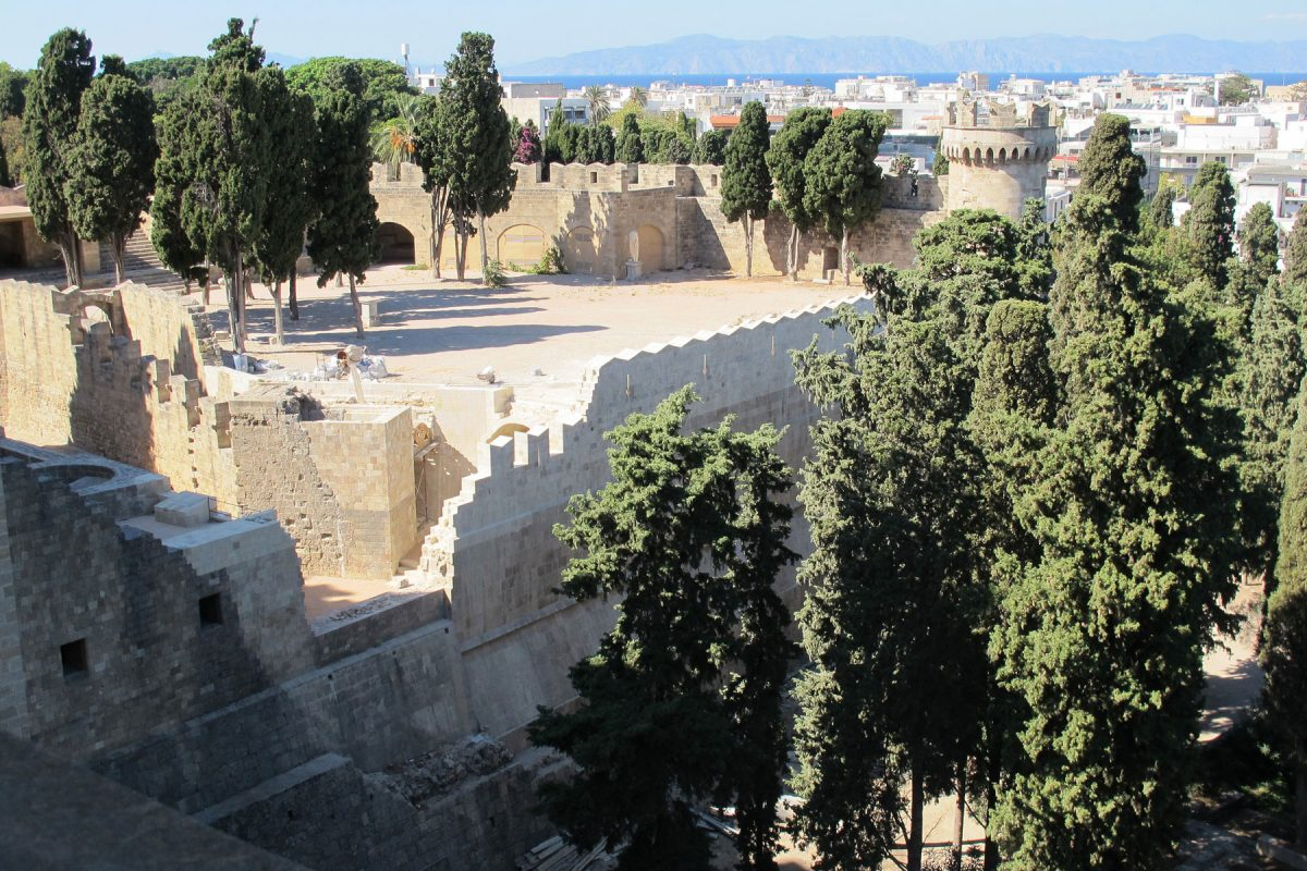Άποψη του Προμαχώνα του Παλατιού του Μεγάλου Μαγίστρου στη μεσαιωνική πόλη της Ρόδου (πηγή φωτογραφίας: Europa Nostra).