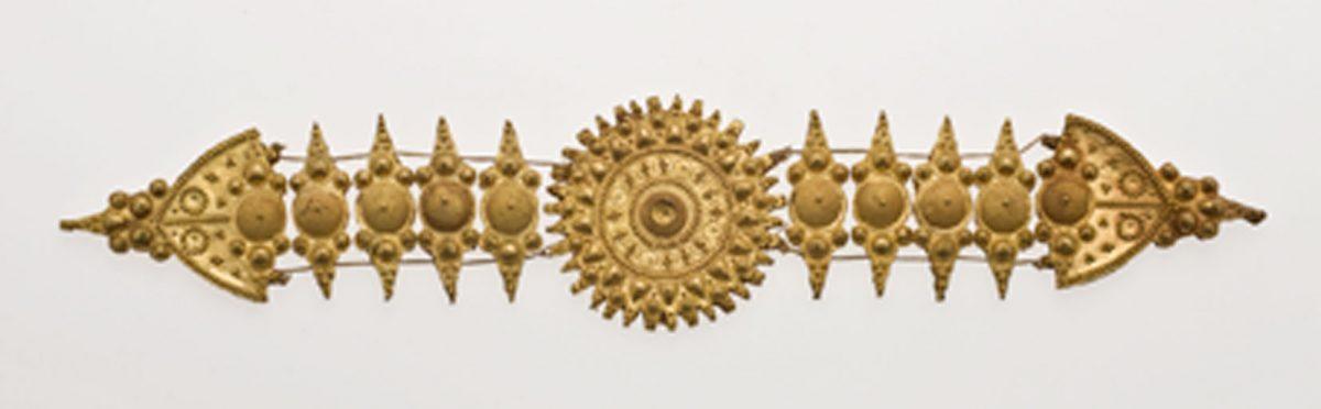 Εικ. 10. Κόσμημα ζώνης με στριφτό συρματερό διάκοσμο και μικροσκοπική κοκκίδωση. Ιράκ, ίσως Σαμάρρα, 10ος αι. Μουσείο Μπενάκη Ισλαμικής Τέχνης 1856. © Μουσείο Μπενάκη.
