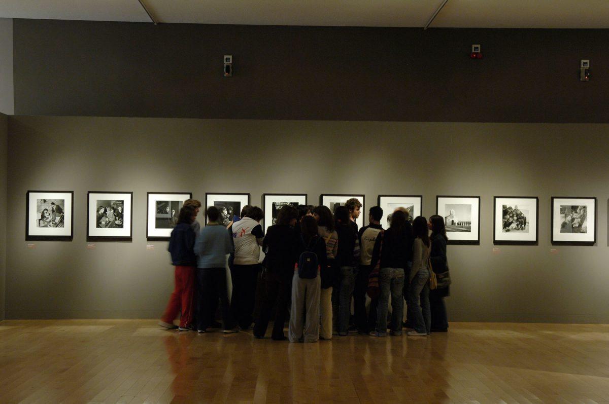 Εικ. 11. Επισκέπτες στην έκθεση «Βούλα Παπαϊωάννου». Μουσείο Μπενάκη Πειραιώς 138, 2006. © Μουσείο Μπενάκη.