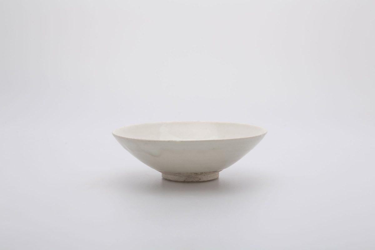 Εικ. 5. Κούπα με πέντε εγκοπές στο χείλος. Λιθοκέραμος με λευκή εφυάλωση. Κίνα, επαρχίες Hebei ή Henan. Δυναστεία Τang. Δωρεά Γεώργιου Ευμορφόπουλου. Μουσείο Μπενάκη 2231. © Μουσείο Μπενάκη Παρόμοιες κούπες έχουν βρεθεί στη Σαμάρρα του Ιράκ, τη Φοστάτη της Αιγύπτου και πολλές αλόμη θέσεις στην Εγγύς και Μέση Ανατολή.