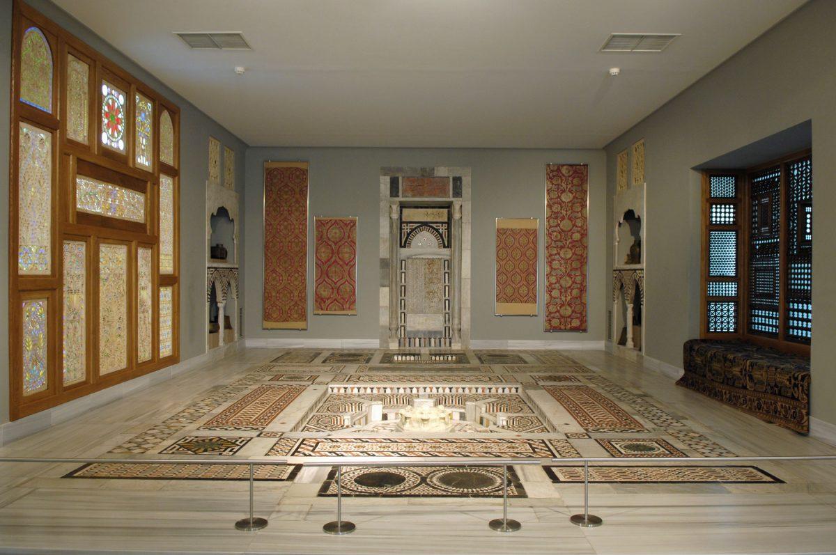 Εικ. 6. Αίθουσα υποδοχής με μαρμαροθετημένο δάπεδο και κρήνη. Κάιρο, 17ος αιώνας. Μουσείο Μπενάκη Ισλαμικής Τέχνης 10836, 10840. © Μουσείο Μπενάκη.