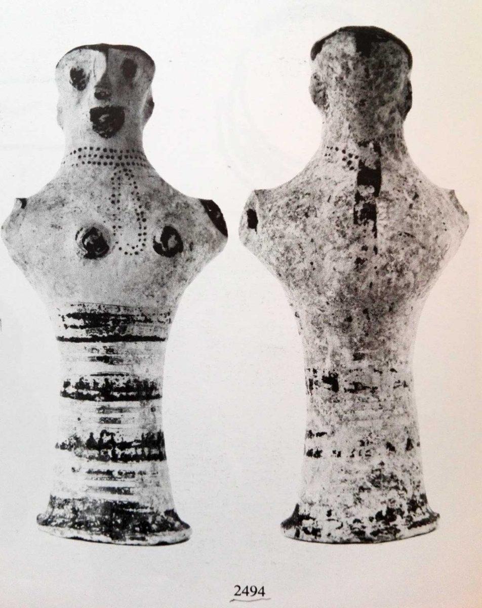 Φωτογραφία των δύο όψεων του μυκηναϊκού ειδώλου (Ξενάκη-Σακελλαρίου, Α., Οι Θαλαμωτοί Τάφοι των Μυκηνών ανασκαφής Χρ. Τσούντα (1887-1898), Paris 1985, πίν. 28:2494).