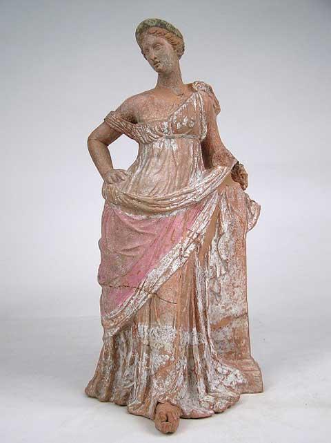 Ειδώλιο γυναικείας μορφής από τη Μύρινα. 200-160 π.Χ. (© Εθνικό Αρχαιολογικό Μουσείο/TAΠΑ).