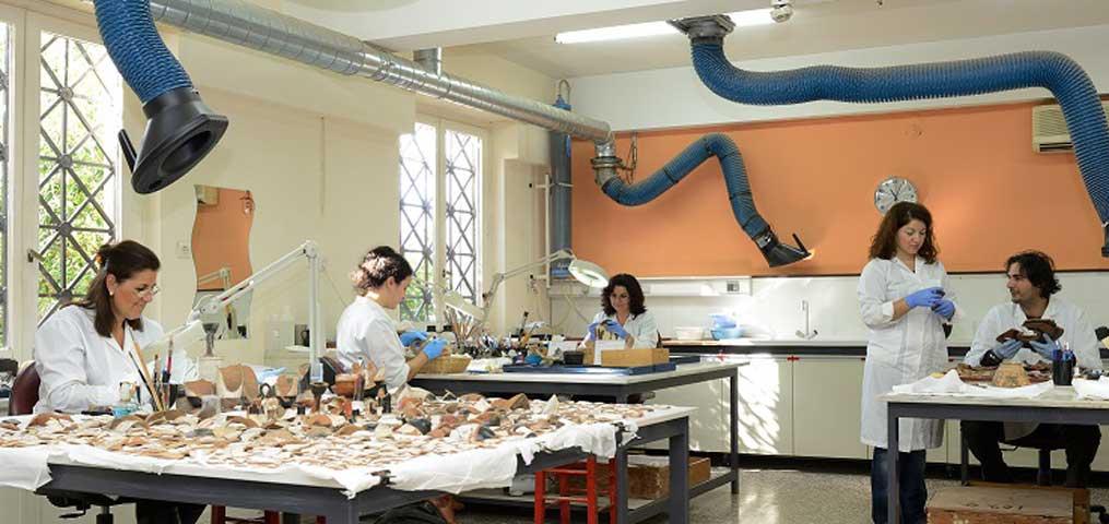 Άποψη του εργαστηρίου συντήρησης αγγείων και μικροτεχνίας (© Εθνικό Αρχαιολογικό Μουσείο/TAΠΑ).