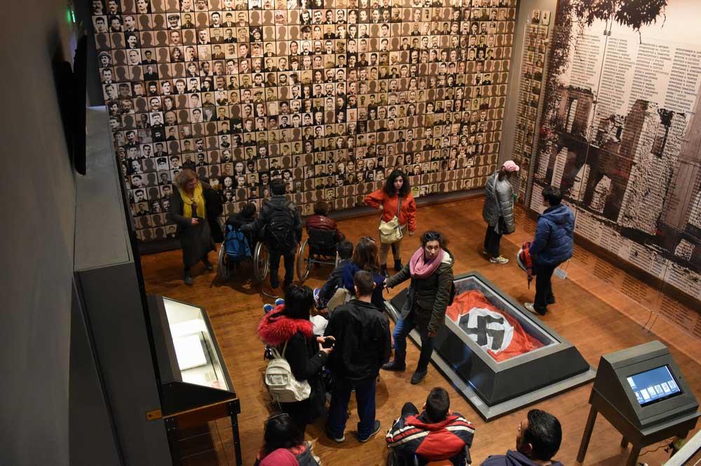 Επίσκεψη μαθητών στο Δημοτικό Μουσείο Καλαβρυτινού Ολοκαυτώματος (φωτ. ΑΠΕ-ΜΠΕ).