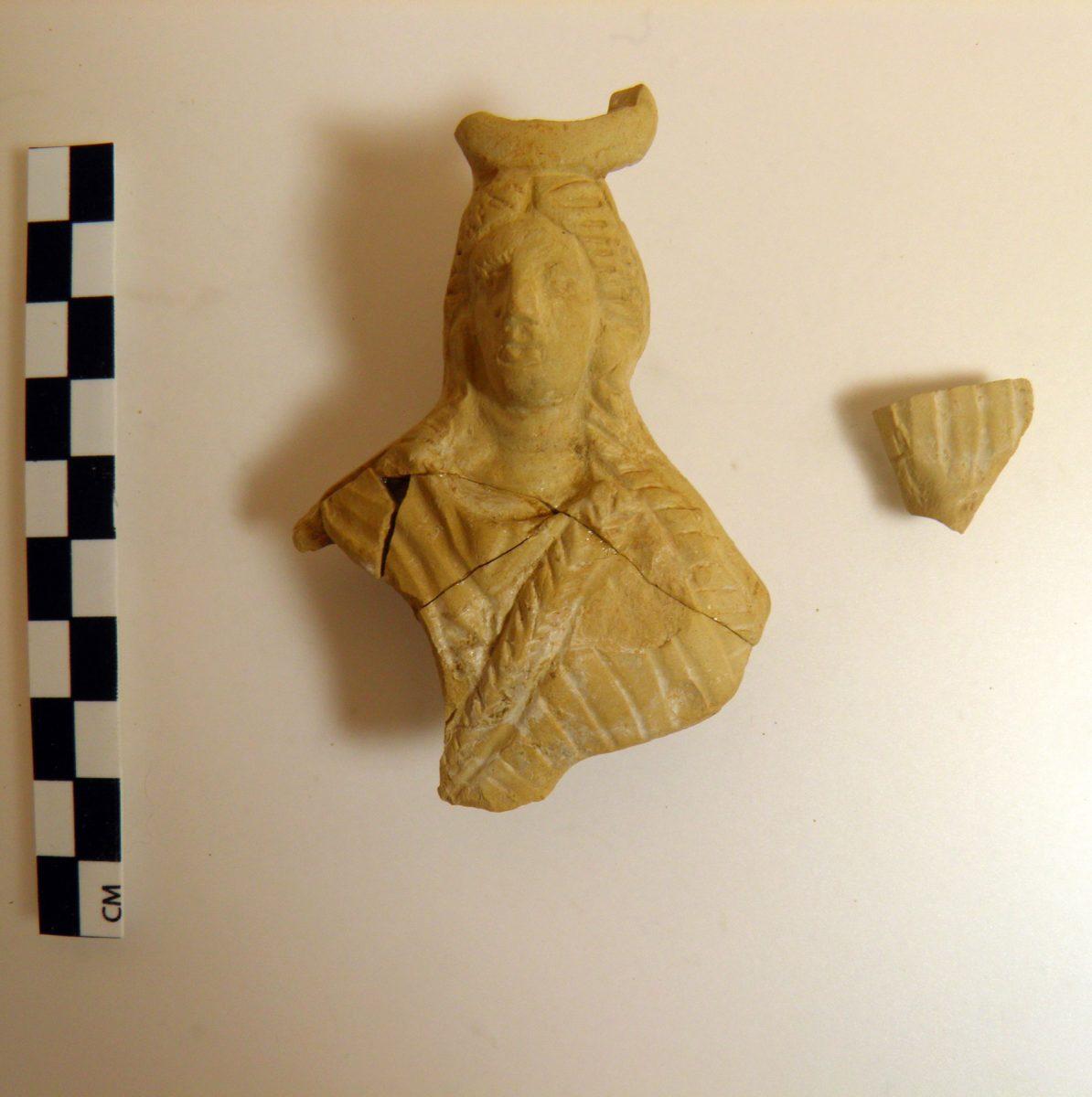 Τμήμα πήλινου ειδωλίου ή λαβής λύχνου με τη μορφή Ίσιδας από το Ιερό των Αιγυπτίων Θεών στην Μπρεξίζα Μαραθώνα (φωτ.: ΑΠΕ-ΜΠΕ).