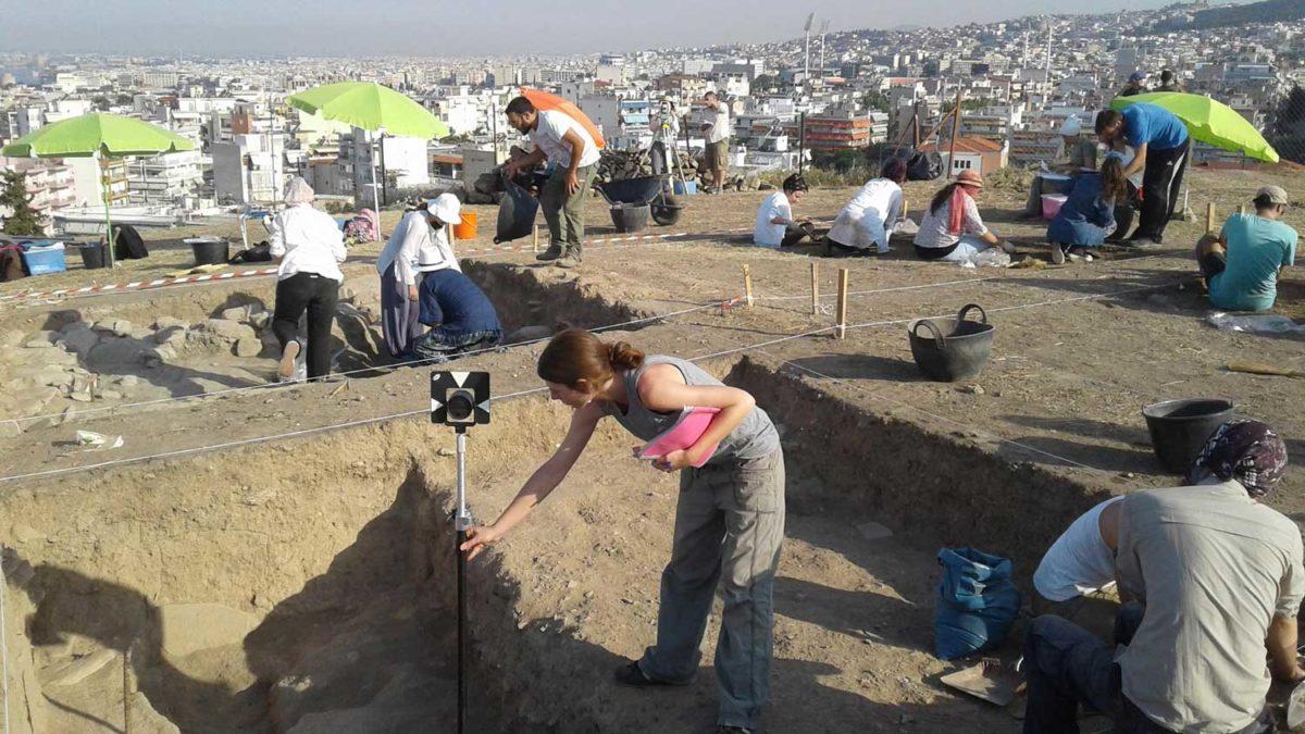 Στόχοι του προγράμματος είναι, μεταξύ άλλων, η εξοικείωση με την ιστορία και αρχαιολογία της Μακεδονίας και η εκπαίδευση σε ζητήματα ανασκαφικής μεθοδολογίας.