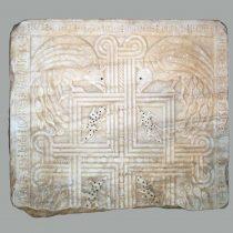 Μαρμάρινη επιτάφια πλάκα της πριγκίπισσας Άννας Βιλλεαρδουίνης, κόρης του Βυζαντινού ηγεμόνα της Ηπείρου Μιχαήλ Β', τρίτης και τελευταίας συζύγου του Γουλιέλμου Β' Βιλλεαρδουίνου (προέλευση: Ανδραβίδα, 1286). Φωτ.: Αρχείο της Εφορείας Αρχαιοτήτων Ηλείας / ΥΠΠΟΑ / ΤΑΠ.