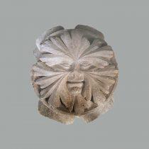 Κλειδί νευρώσεως σταυροθολίου με ανάγλυφο πρόσωπο άνδρα, που σχηματίζεται από φύλλα (περ. 1 225–1236). Προέρχεται από το Κιστερκιανό Αββαείο Ζάρακα (Στυμφαλία) Κορινθίας. Φωτ.: Αρχείο της Εφορείας Αρχαιοτήτων Ηλείας / ΥΠΠΟΑ / ΤΑΠ.