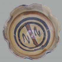 Μικρή κούπα με εφυάλωση («μοτίβο του Τάραντα», 14ος–αρχές 15ου αι.). Φωτ.: Αρχείο της Εφορείας Αρχαιοτήτων Ηλείας / ΥΠΠΟΑ / ΤΑΠ.